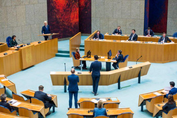 Meerderheid Tweede Kamer stemt in met de avondklok vanaf 21 uur.