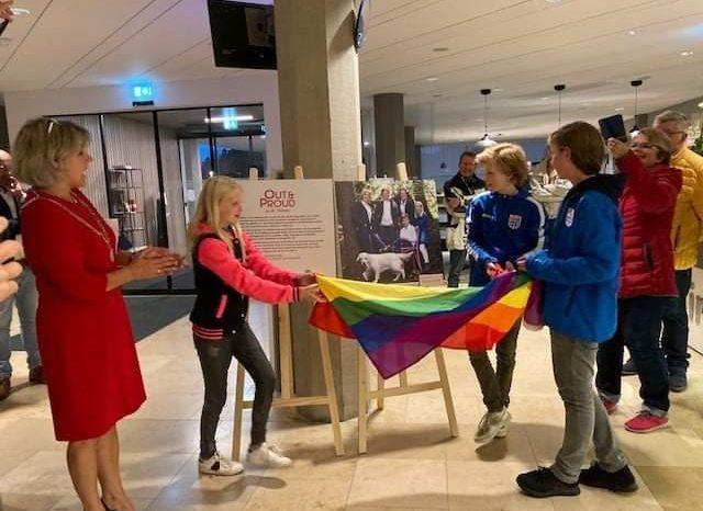Vlag en expositie markeren Coming Out day in Oldebroek